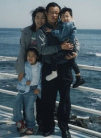 Si Young Lee with his family